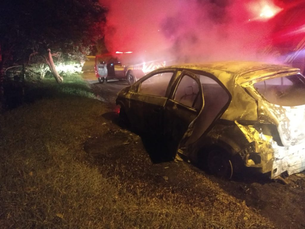 Em noite agitada, PM prende três assaltantes, que atearam fogo em veículo