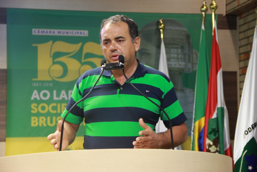 Claudemir Duarte (Tuta) na tribuna da Câmara