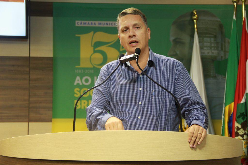 Jean Pirola na tribuna da Câmara