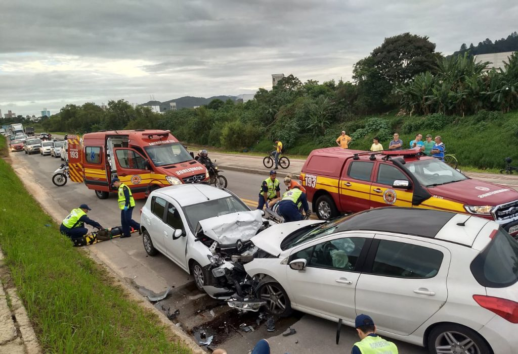 Carros colidem de frente na Avenida Beira Rio (Foto: Corpo de Bombeiros)