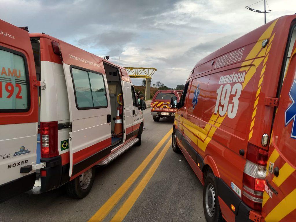 Carros colidem de frente na Avenida Beira Rio
