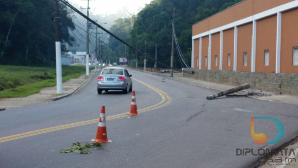 Carro derruba poste na curva da Avenida Primeiro de Maio