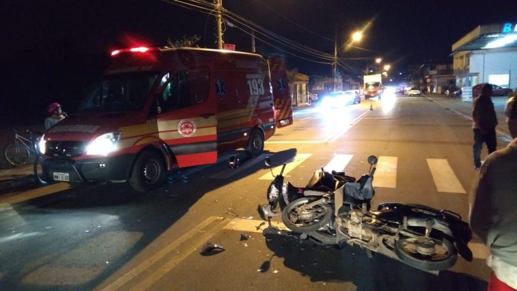 Colisão na rua São Pedro deixa duas pessoas feridas