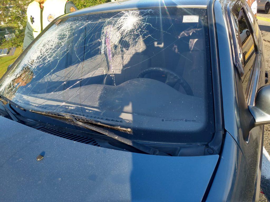 Carro e caminhão colidem na rodovia Antônio Heil, no Centro 2