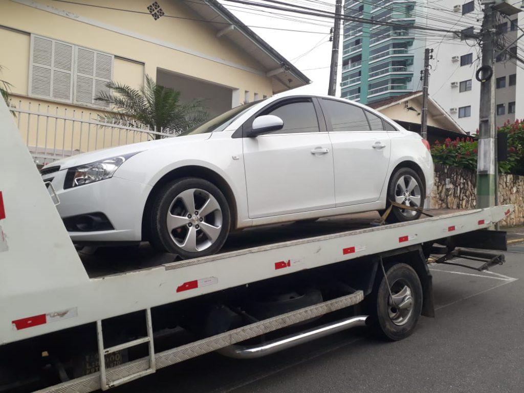 Carro conduzido pelo suspeito foi apreendido pela PM (Foto: José Acácio/Rádio Araguaia)