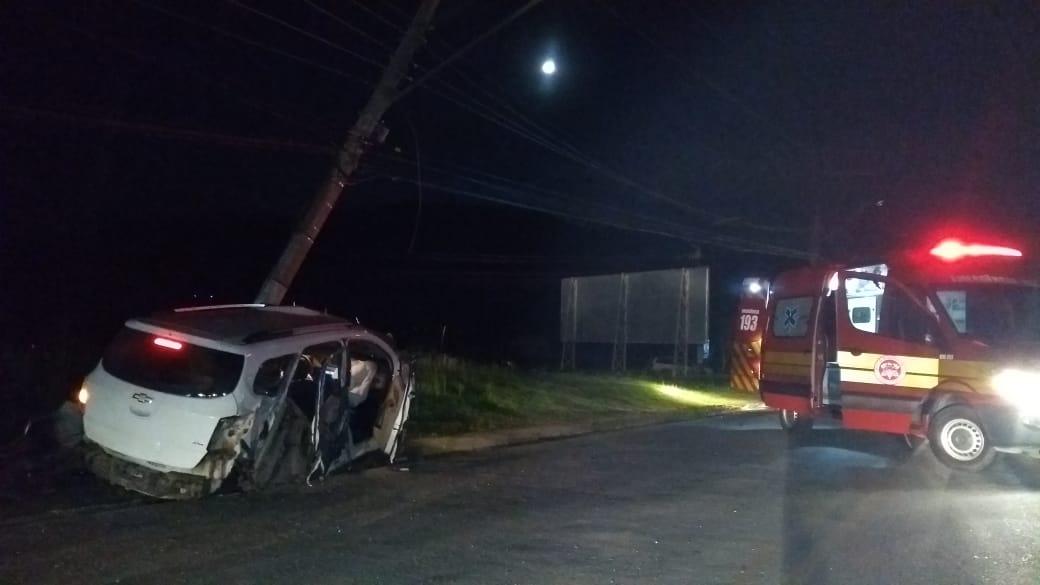 Carro atinge dois postes e deixa região central de Guabiruba sem energia