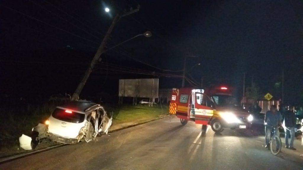 Carro atinge dois postes e deixa região central de Guabiruba sem energia (Foto: Corpo de Bombeiros)