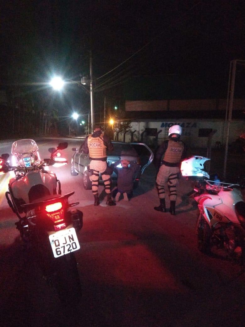Trio assalta lanchonete e acaba detido após reação do proprietário e buscas da PM