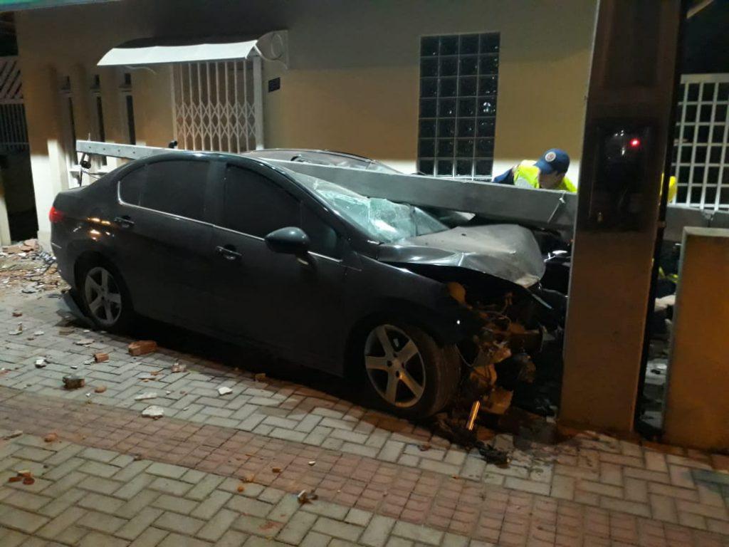 Carro arranca poste com fiações no bairro Santa Terezinha (Fotos: Corpo de Bombeiros)