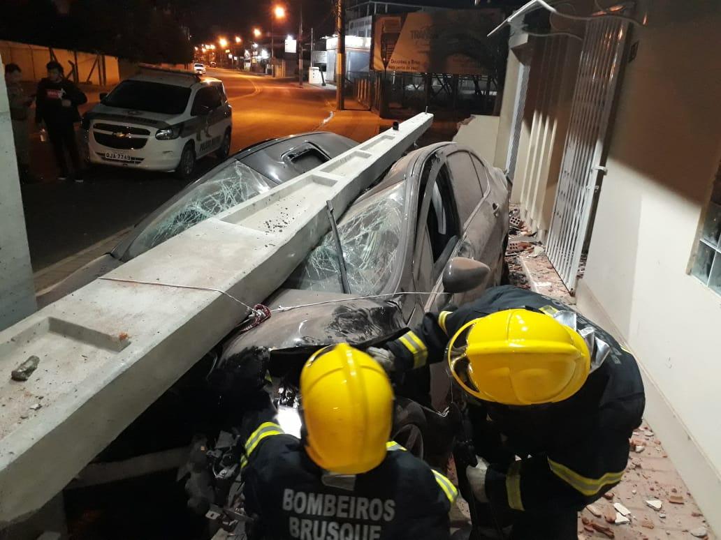 Carro arranca poste com fiações no bairro Santa Terezinha