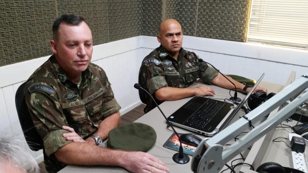 Subtenentes Rubens Justiniano Evangelista e Júlio André Rech, do Tiro de Guerra de Brusque, no Jornal da Diplomata.