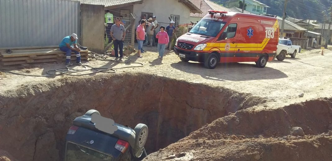 Carro cai em buraco de obra no bairro Águas Claras