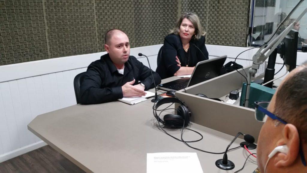 Diretora Elizabeti Goedert Schvambach e Kelwyn Pfleger no Jornal da Diplomata