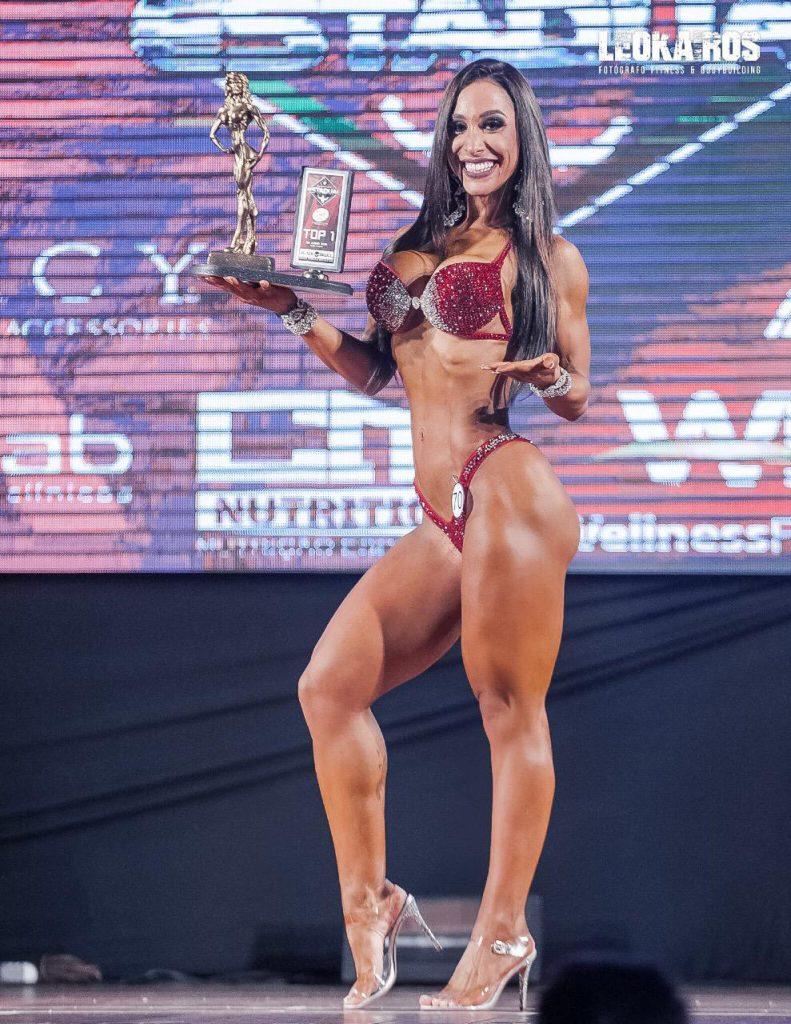 Jaine Hariane conquista tricampeonato em duas categorias Wellness (Foto: Leo Kairós)