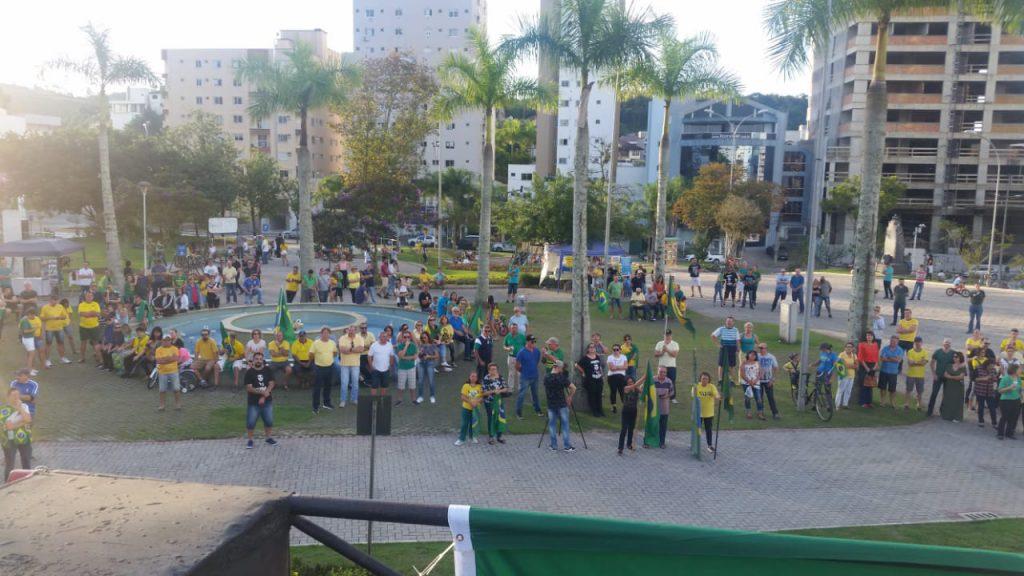 Movimento faz ato em favor das reformas defendias pelo governo (Foto: Diplomata FM)