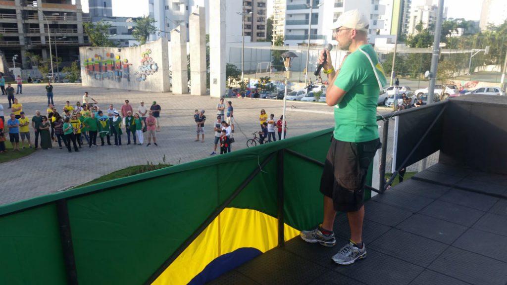 Ronald Kamp, um dos líderes do ato fala ao público sobre os temas do movimento (Foto: Diplomata FM)