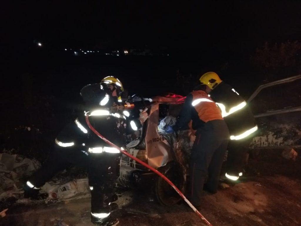 Bombeiros utilizaram equipamentos de cortes para que a equipe de socorro pudesse remover o passageiro