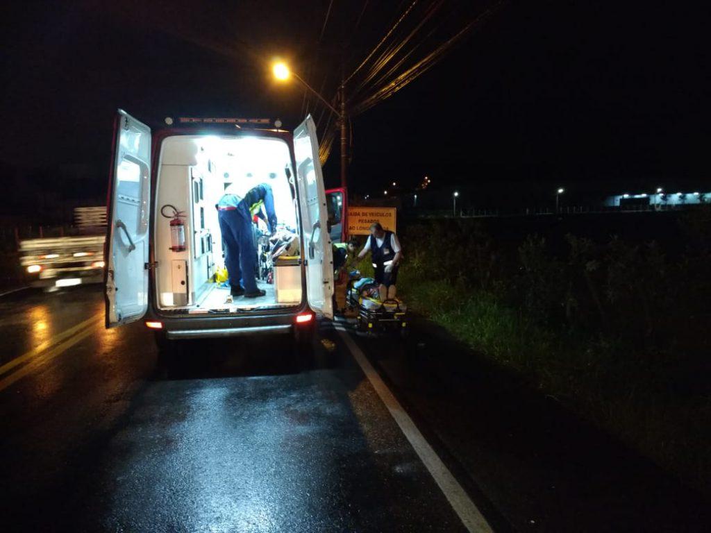 O acidente mobilizou duas ambulâncias, uma do Corpo de Bombeiros e outra do Samu