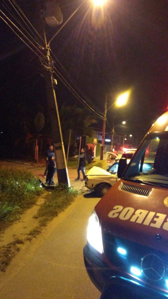 Carro bate em poste na Rua Guabiruba Sul