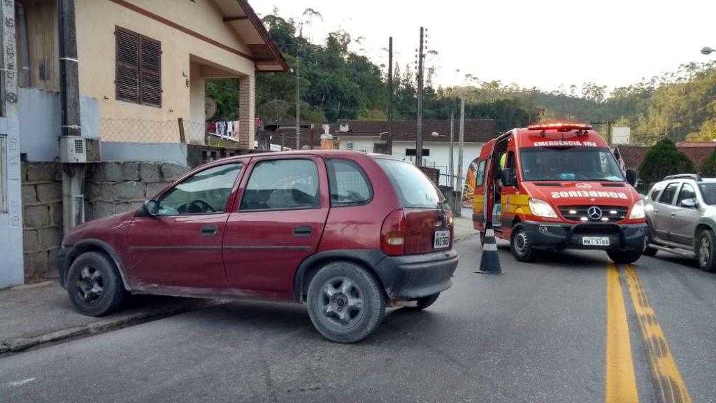 Carro perde a direção e atinge muro na Rua Florianópolis