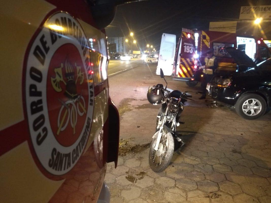 Bombeiros atendem colisão entre moto e dois carros no Nova Brasília