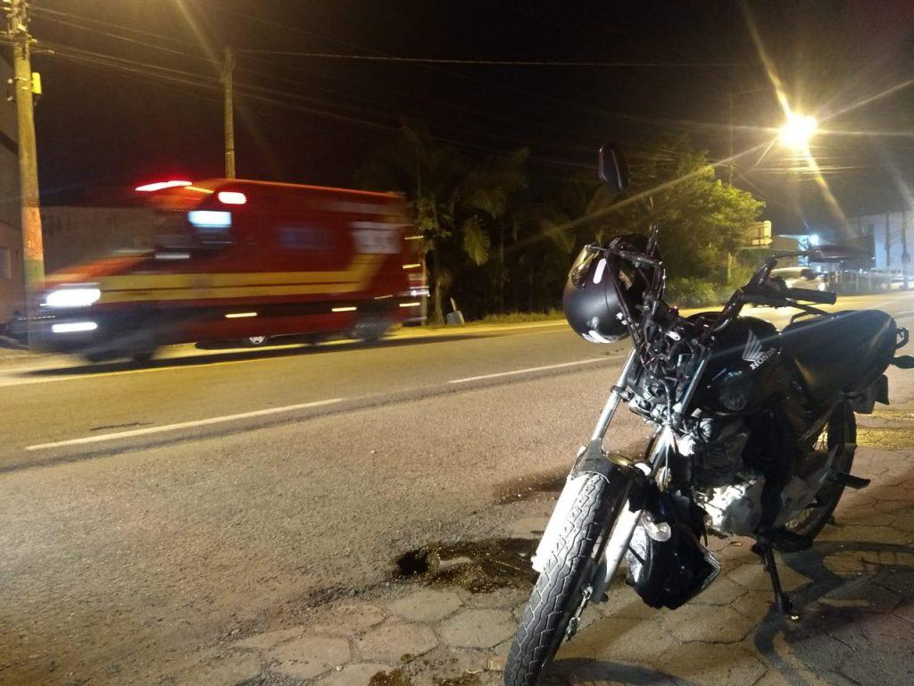 O condutor da moto, de 20 anos e o passageiro de 18 anos sofreram escoriações pelo corpo.