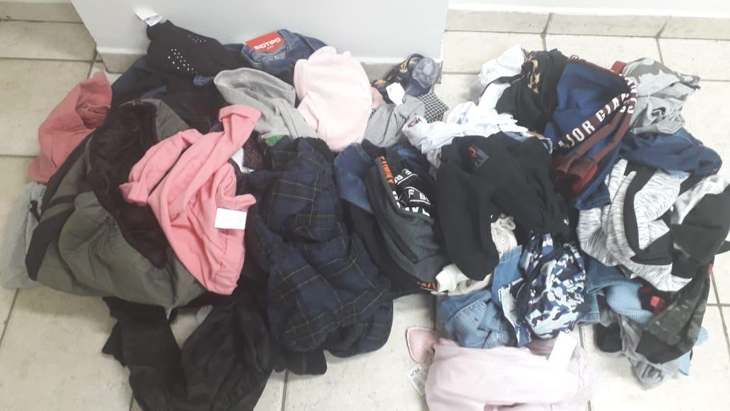 Polícia Militar apreende roupas e equipamentos furtados de loja de departamento (Foto: Polícia Militar/Divulgação)