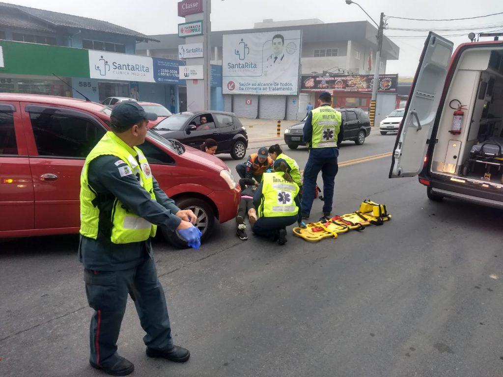 Colisão carro e bicicleta fere mulher na Rua Sete de Setembro