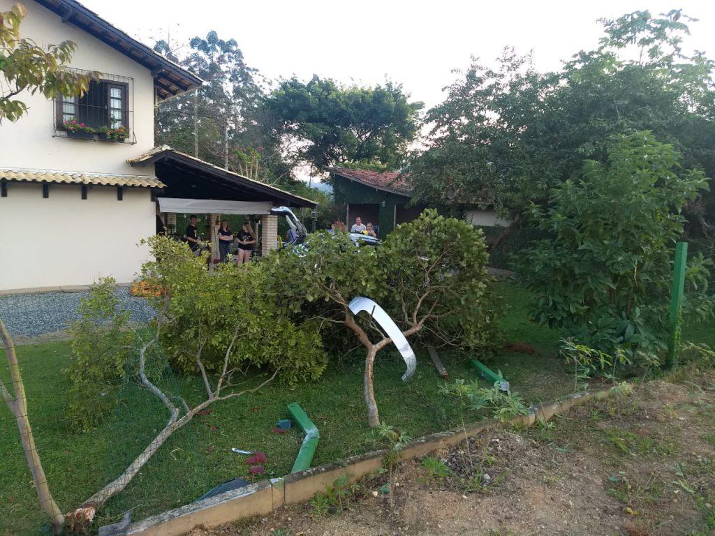 Carro sai pista e invade terreno de residência no Maluche