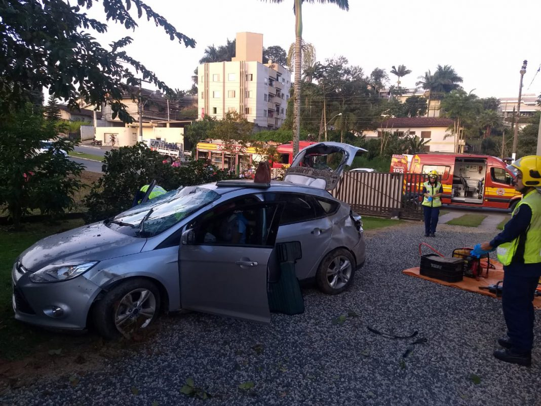 Carro sai pista, capota e invade terreno de residência no Maluche