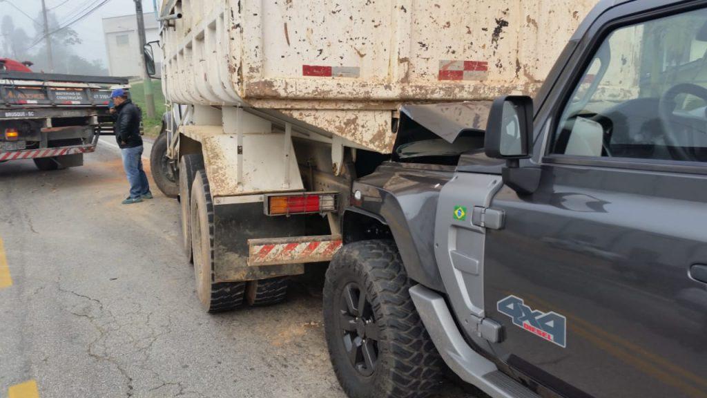 Colisão envolve dois caminhões e um veículo