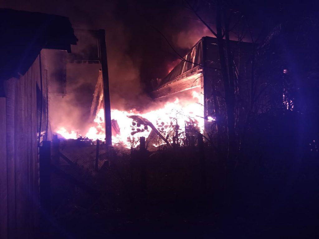 Equipes do Corpo de Bombeiros das cidades de Guabiruba, Brusque e Itajaí realizam o combate às chamas (Foto: Corpo de Bombeiros)