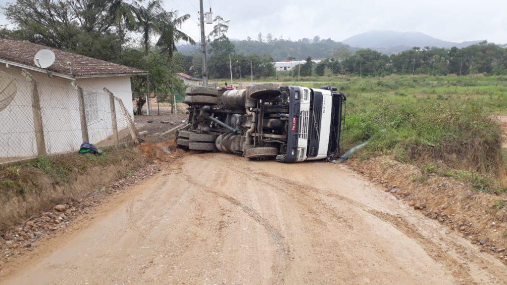 Caminhão reboque tanque tomba no bairro Bateas