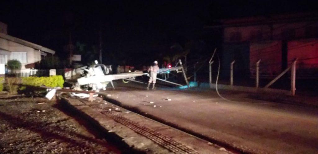 Picape bate em poste na Rua Itajaí (Foto: Corpo de Bombeiros)