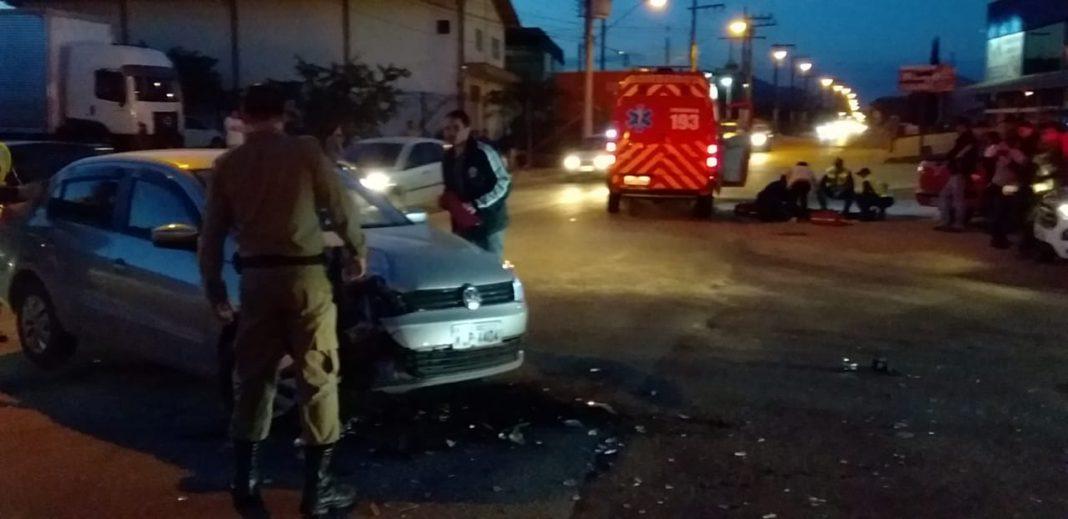 Motociclista fica ferido em acidente na Rua Itajaí
