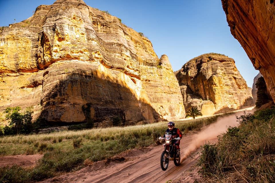 Brusquense Rafael Espíndola vence Rally dos Sertões nas motocicletas