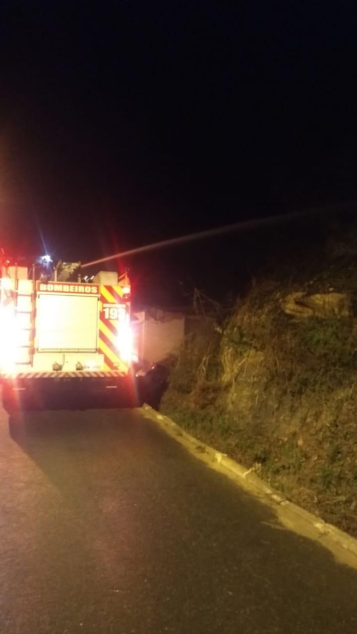 Corpo de Bombeiros combate incêndio no bairro Limoeiro