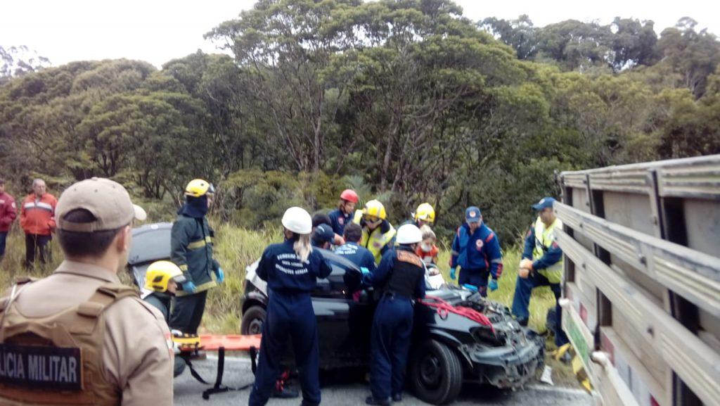 O trânsito foi interrompido para o socorro às vítimas