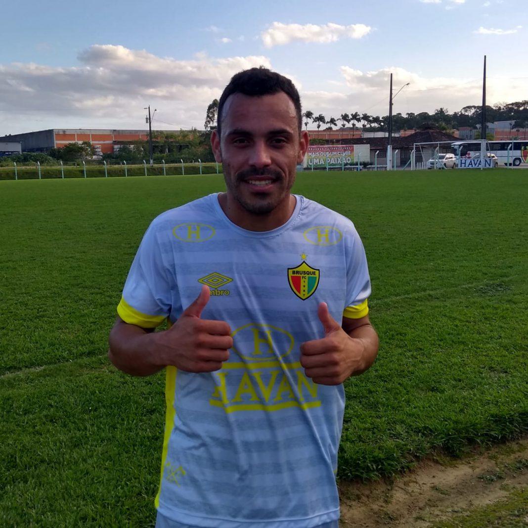 Brusque contrata atacante Moisés para disputa da Copa SC