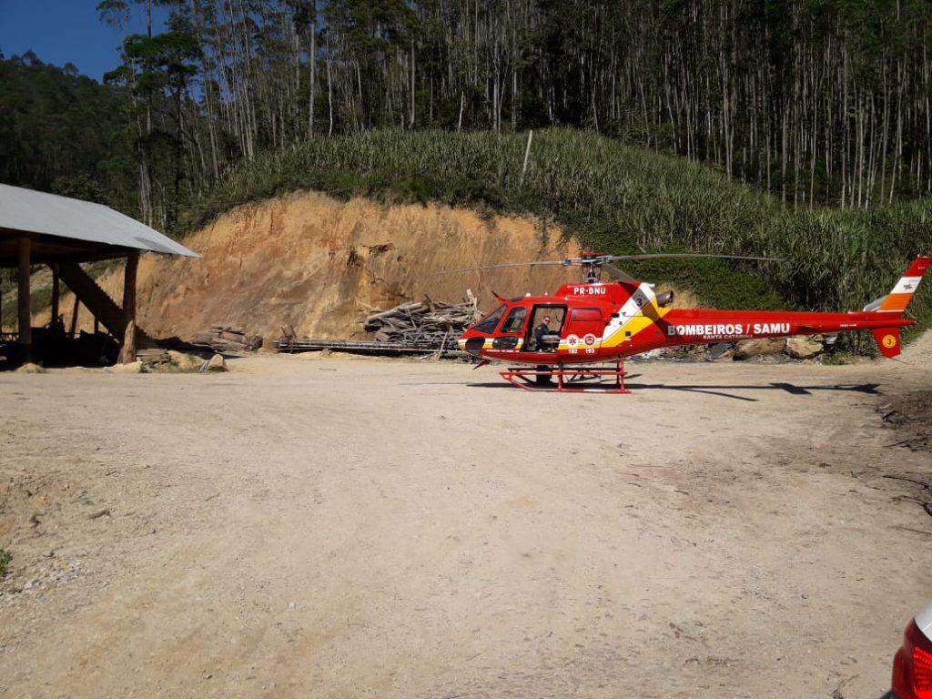 Homem é atingido por tora de madeira em Guabiruba