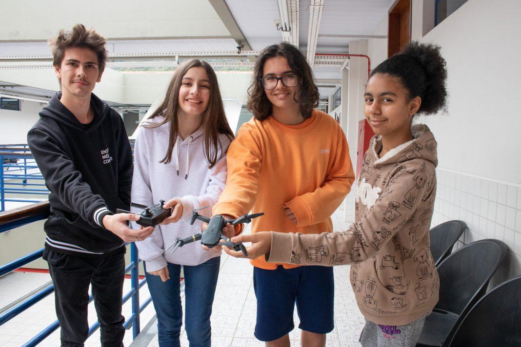 Santiago Lima Coimbra (16 anos, de Florianópolis), Ana Laura (14 anos, de Criciúma), Mateus (15 anos, de Brusque) e Moreen Pires (11 anos, de Florianópolis) integram as quatro equipes que disputam o ciclo SC da ODE. Foto: Ivonei Fazzioni