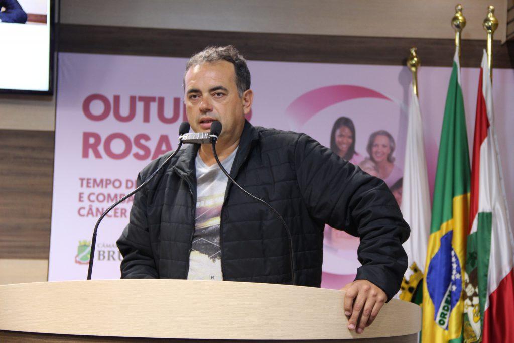 Claudemir Duarte, o Tuta, na tribuna da Câmara