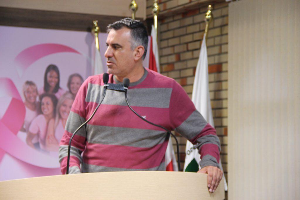 Líder do governo, Alessandro Simas, na tribuna.