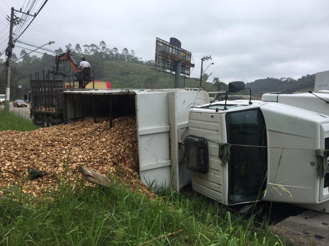 Caminhão toma na rodovia Ivo Silveira