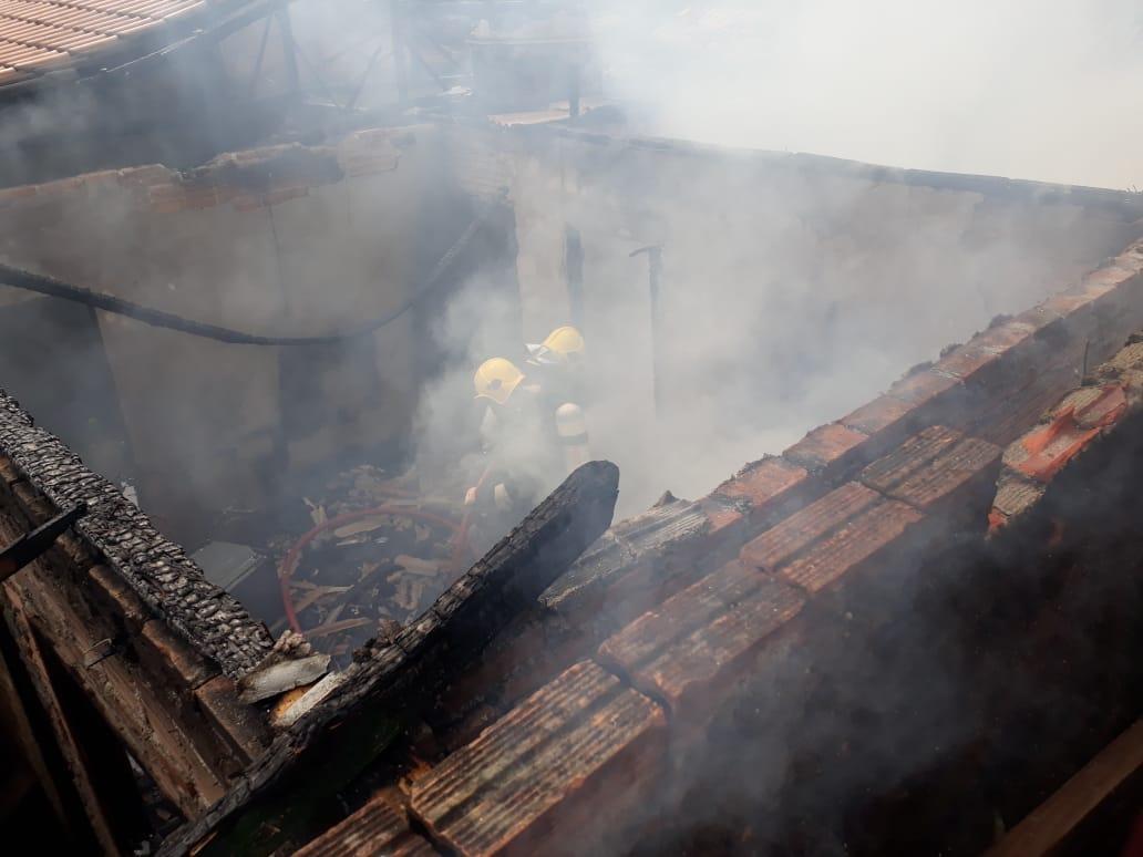 Incêndio em residência no Paquetá deixa mulher ferida com queimaduras