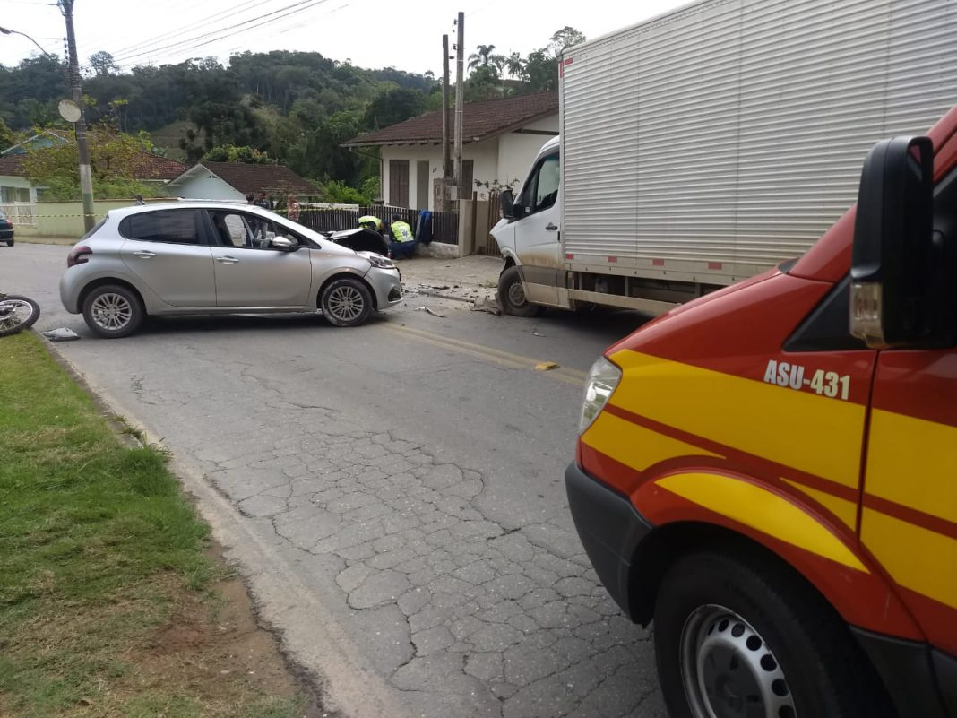 Acidente envolve dois veículos e uma moto, na Travessa Lagoa Dourada