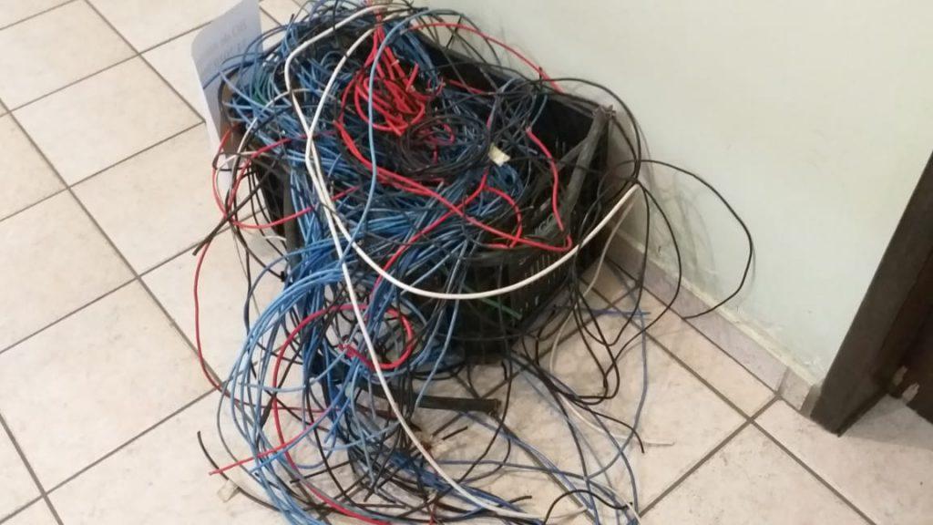 Fios produtos do furto foram recuperados pela PM. (Foto Levi de Oliveira)