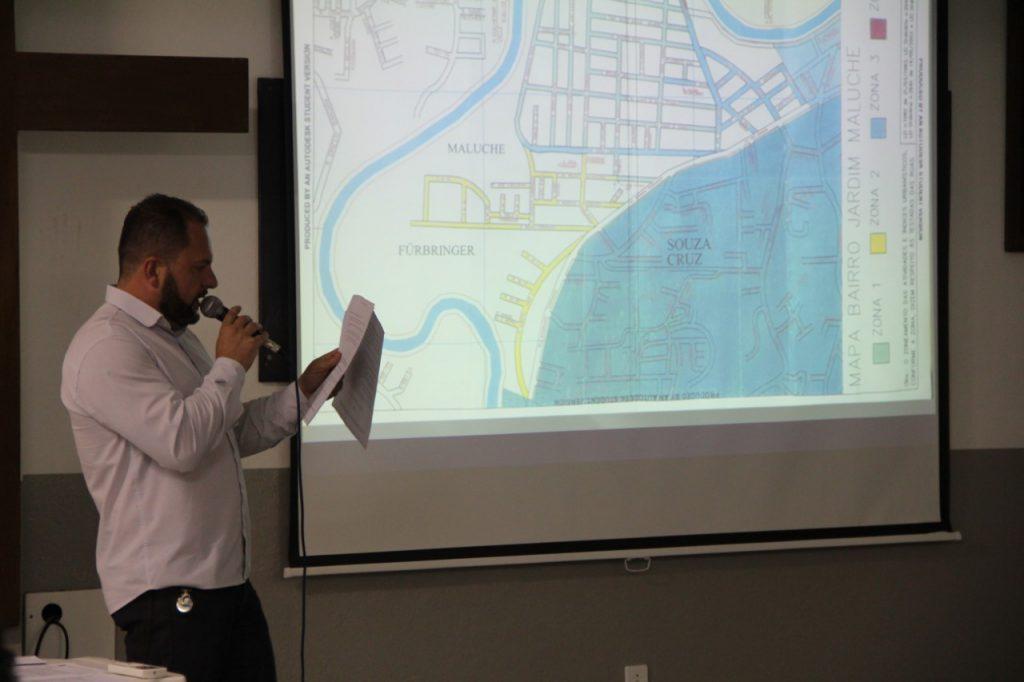 Vereador Marcos Deichmann apresenta projeto aos moradores do Maluche (Foto: Assessoria de Imprensa/Câmara)