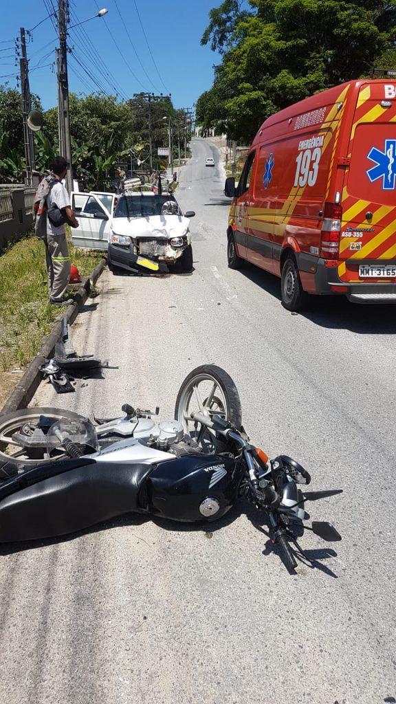 Colisão entre carro e moto fere dois em Guabiruba