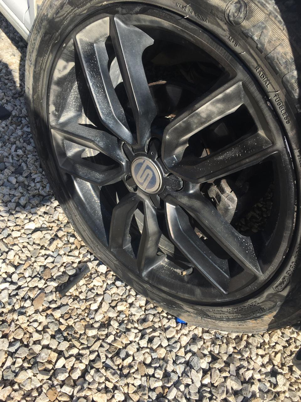 Três pneus furados por causa de buraco na Rua do Cedro